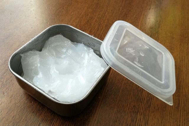 ワセリンを小分けしている容器